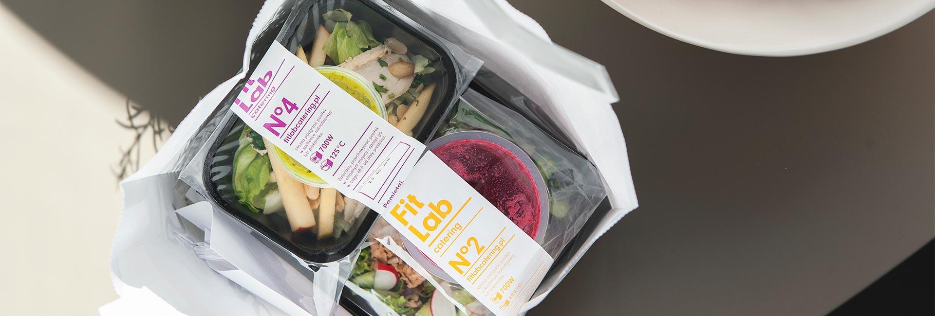Zapakowane w pojemniki posiłki z diety FitLab