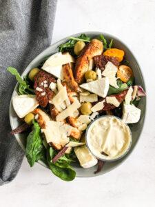 Kolacja - Sałatka z kurczakiem, suszonymi pomidorami, oliwkami, serem camembert i keto majonezem (na zimno)