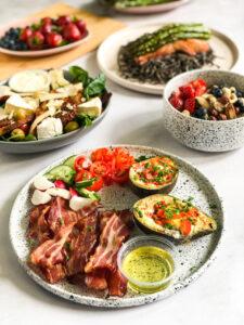 Śniadanie - Awokado zapiekane z jajkiem, chipsami z boczku i warzywami (na ciepło)